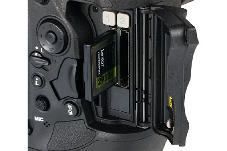 Bild Das Speicherkartenfach der Nikon D5 nimmt zwei der etwas exotischen, aber den hohen Geschwindigkeitsanforderungen der D5 gerecht werdenden XQD-Speicherkarten auf. Wer auf Performance verzichten kann, bekommt die D5 auch mit Doppel-CF-Slot. [Foto: MediaNord]