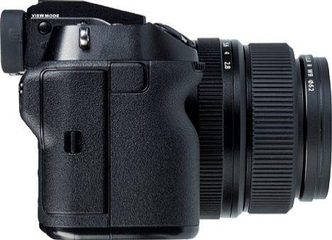Bild Dank des ausgeprägten Handgriffs, der Daumenmulde und der genarbten Gummibelederung liegt die Fujifilm GFX100S sicher in der Hand. [Foto: MediaNord]