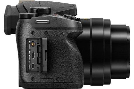 Bild Videos nimmt die Panasonic Lumix DMC-FZ300 nun maximal in 4K-Auflösung auf und speichert die auf einer SD-Karte, die seitlich eingeschoben wird. SDHC, SDXC und UHS-I werden unterstützt. [Foto: Panasonic]