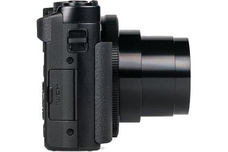 Bild Hinter einer kleinen Kunststoffklappe verbergen sich bei der Panasonic Lumix DMC-TZ71 die Micro-HDMI- sowie herstellerspezifische USB-Buchse, über die die Kamera auch geladen wird. Das passende Kabel sollte man also nicht verlegen. [Foto: MediaNord]