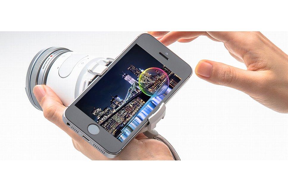 """Bild Olympus Air A01 mit """"Kit-Objektiv"""" und geneigt angesetztem Smartphone. [Foto: Olympus Japan]"""