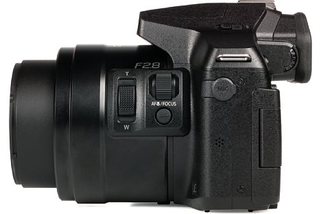 Bild Die Anschlussmöglichkeit für ein externes Mikrofon bietet die Panasonic Lumix DMC-FZ300 ebenfalls, praktischerweise an einer nicht so störenden Stelle wie auf der anderen Kameraseite. [Foto: MediaNord]