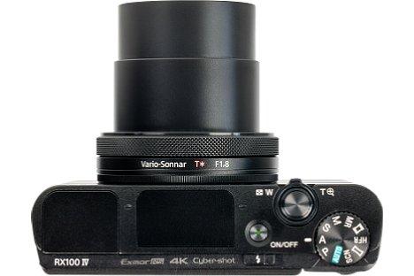 Bild Das Gehäuse der Sony DSC-RX100 IV ist mit 2,5 Zentimetern recht flach. Der Objektivtubus trägt mit 1,5 Zentimetern auf, eingeschaltet verlängert es sich um weitere vier Zentimeter. [Foto: MediaNord]