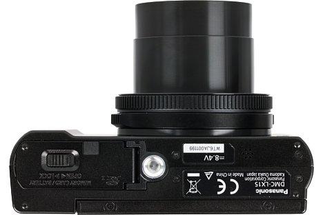 Bild Das Stativgewinde der Panasonic Lumix DMC-LX15 befindet sich nicht in der optischen Achse, bei Verwendung wird zudem das Akku- und Speicherkartenfach blockiert. [Foto: MediaNord]