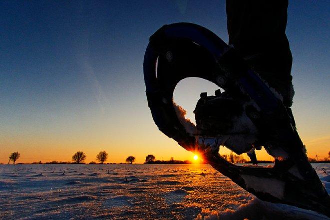 Bild Ein gutes Sonnenuntergangsfoto braucht keine lange Brennweite, sondern eine interessante Bildidee. So wie hier mit Fisheye-Objektiv und einer tiefen Aufnahmepositiondieses. Aufnahmedaten: Nikon D300, 10,5 mm, f/8, 1/400 s, ISO 200. [Foto: Michael Hennemann]