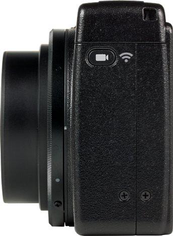 Bild Der kleine Schalter auf der linken Seite der Kamera wird zum Umschalten zwischen dem Video- und Fotomodus genutzt. Wird er länger betätigt, aktiviert die GR III das WLAN. [Foto: MediaNord]
