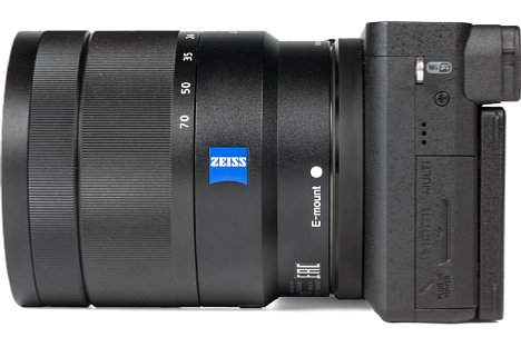 Bild Hinter der kleinen Klappe auf der Linken Seite der Sony Alpha 6500 befinden sich die Anschlüsse für Micro-USB, Micro-HDMI und das 3,5 mm Stereomikrofon. [Foto: MediaNord]