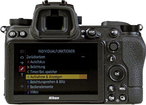 Bild Der rückwärtige Touchscreen der Nikon Z 6II lässt sich nach oben und unten klappen, die Menüs sind altbekannt. Der elektronische Sucher zeigt sich groß und hochauflösend. [Foto: MediaNord]