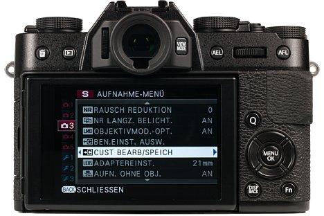 Bild Der rückwärtige 7,5cm-Bildschirm der Fujifilm X-T10 lässt sich in Lichtschachtmanier um 45 Grad nach unten und 90 Grad nach oben klappen. Nimmt man die X-T10 ans Auge, schaltet sie automatisch auf den hochauflösenden elektronischen Sucher um. [Foto: MediaNord]