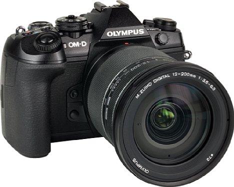 Bild Das OlympusM Zuiko Digital ED 12-200 mm 1:3.5-6.3 besitzt ein ziemlich großes Frontelement mit 72 mm Filterdurchmesser. [Foto: MediaNord]