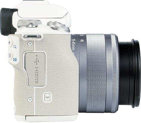 Bild Auf der rechten Seite der EOS M50 Mark II ist der gummierte und griffige Handgriff vorhanden. Farblich passend ist hier der USB- und HDMI-Anschluss untergebracht. [Foto: MediaNord]