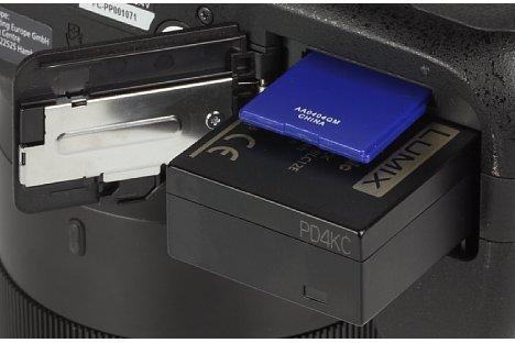 Bild Im Fach an der Unterseite der Panasonic Lumix DMC-FZ1000 verbergen sich der für 360 Aufnahmen reichende Lithium-Ionen-Akku sowie die SD-Speicherkarte. [Foto: MediaNord]