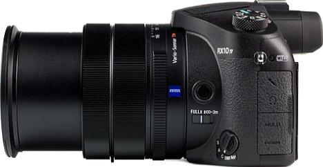 Bild Seitlich besitzt die Sony DSC-RX10 IV zahlreiche Schnittstellen: Mikrofonein- und Kopfhörerausgang, Micro-HDMI mit Cleant Output sowie Micro-USB samt Ladefunktion. [Foto: MediaNord]