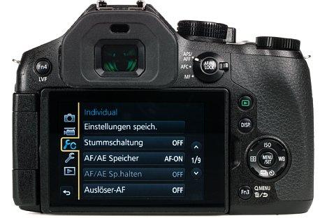 Bild Auf der Rückseite bietet die Panasonic Lumix DMC-FZ300 nicht nur einen 7,5 Zentimeter großen Touchscreen, sondern auch einen 1,44 Millionen Bildpunkte auflösenden elektronischen Sucher mit Vollformat-DSLR-Ausmaßen. [Foto: MediaNord]