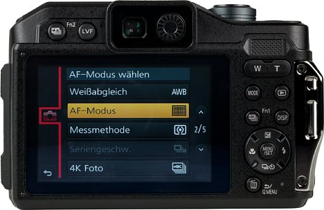 Bild Die aufgeräumte Rückseite der Panasonic Lumix DC-FT7 zeigt nahezu alle Bedienelemente der Kamera. [Foto: MediaNord]