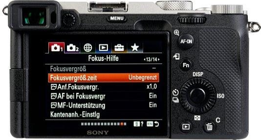 Bild Der in die linke obere Ecke gewanderte Sucher der Sony Alpha 7C ist sehr klein und nicht besonders hochauflösend. Dafür lässt sich der ebenfalls nicht hochauflösende Touchscreen seitlich schwenken und drehen. [Foto: MediaNord]