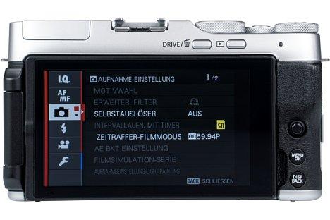 Bild Der rückwärtige Touchscreen der Fujifilm X-A7 misst üppige 8,9 Zentimeter in der Diagonale. Aufgrund des 16:9-Seitenverhältnisses schrumpft die Diagonale im 3:2-Format des Bildsensors jedoch auf 7,6 Zentimeter zusammen. [Foto: MediaNord]