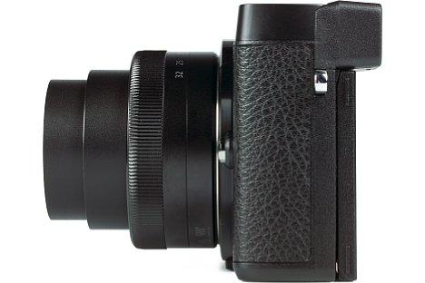 """Bild Auch auf der linken Gehäuseseite besitzt die Panasonic Lumix DMC-GX80 Gummiapplikationen, die nicht nur schick aussehen, sondern auch für den nötigen """"Grip"""" sorgen. [Foto: MediaNord]"""