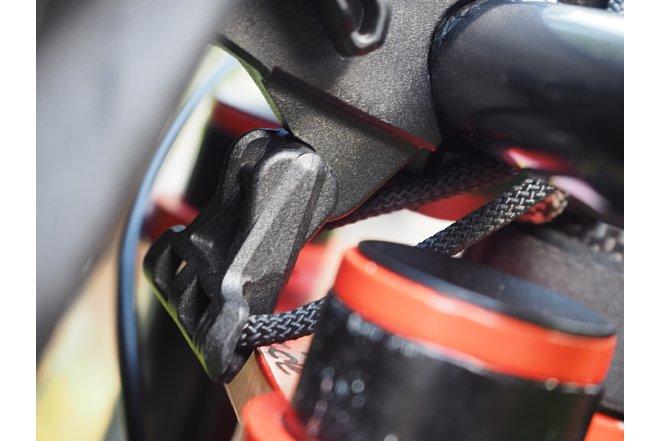 Bild Zum Abnehmen des Ortlieb Handlebar-Pack QR muss die Verriegelung nach dem Lösen ausgehakt werden, was bei einer nagelneuen Tasche etwas schwer geht und Übung braucht. [Foto: MediaNord]