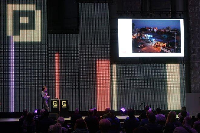 Bild Eindrücke der Photopia Hamburg 2021. Auf der Photopia Stage läuft ein Vortrag über Panoramafotografie. Am Donnerstagnachmittag ist der Vortrag gut besucht – pandemiebedingt mit großen Abständen zwischen den Stühlen. [Foto: MediaNord]