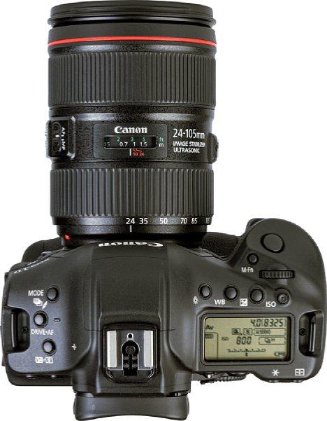 Bild Unter dem kleinen Kunststoff-Einsatz vor dem Blitzschuh der Canon EOS-1D X Mark III befindet sich ein GPS-Empfänger. Das große LC-Display zeigt die wichtigsten Aufnahmeeinstellungen an. [Foto: MediaNord]