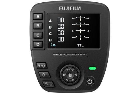 Bild Über einen großen Bildschirm und viele Tasten lassen sich die Blitzeinstellungen am Fujifilm EF-W1 zentral vornehmen. [Foto: Fujifilm]