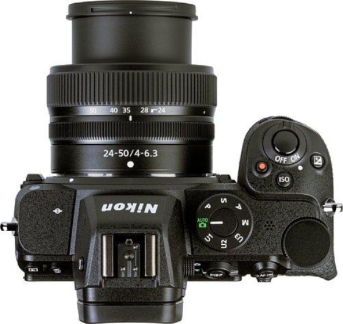 Bild Die Nikon Z 5 bietet einen sehr gut ausgeformten und damit ergonomischen Handgriff. Das Schulterdisplay der größeren Modelle fehlt hingegen, dafür ist das Moduswahlrad auf die andere Seite des Suchers gewandert. [Foto: MediaNord]