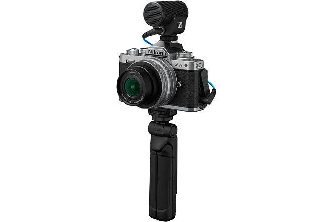 Bild Für knapp 1.300 Euro soll die Nikon Z fc als Vlogger-Kit erhältlich sein, das neben dem Objektiv und der Kamera auch ein Mikrofon sowie einen Dreibein-Handgriff enthält.. [Foto: Nikon]