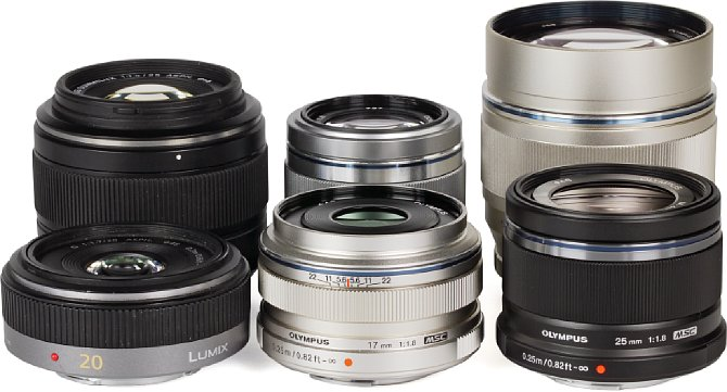 Bild Objektivgruppenfoto der lichtstarken Festbrennweiten für Micro Four Thirds. Hinten von Links nach Rechts: Panasonic Leica 25 mm 1.4, Olympus 45 mm 1.8 und 75 mm 1.8. Vorne von Links nach Rechts: Panasonic 20 mm 1.7, Olympus 17 mm 1.8 und 25 mm 1.8. [Foto: MediaNord]