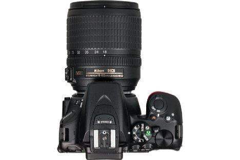 Bild Durch die Monocoque-Bauweise kann Nikon bei der D5500 auf das stabilisierende Chassis verzichten. Resultat: Ein viel ergonomischerer Handgriff. [Foto: MediaNord]