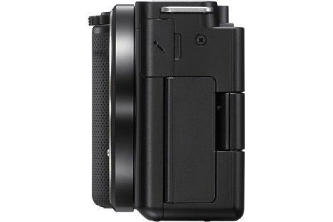 Bild Die Schnittstellen der Sony ZV-E10 sitzen alle hinter zwei Klappen auf der linken Gehäuseseite. [Foto: Sony]