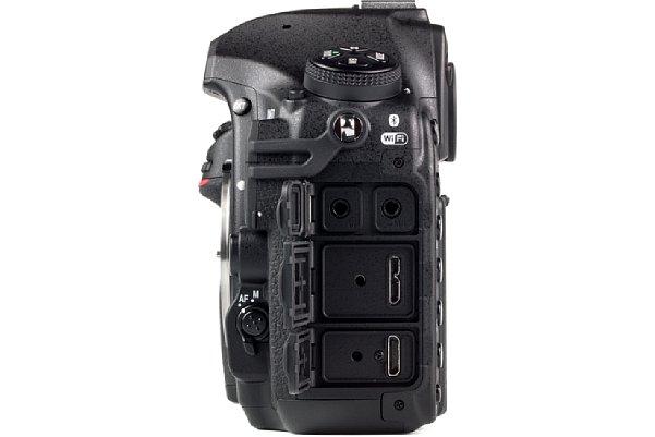 Bild Die Nikon D850 ist zwar in erster Linie auf Fotos ausgelegt, aber auch sie beherrscht Clean HDMI, das sie über ihre Miro-HDMI-Schnittstelle (Typ C, ganz unten) ausgibt. Die Schnittstelle sieht wie eine verkleinere Version der HDMI-A-Schnittstelle aus. [Foto: MediaNord]