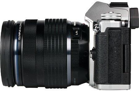 Bild Die Schnittstellen (Mikrofoneingang, Micro-HDMI und USB-Fernauslöseeingang) sitzen bei der Olympus OM-D E-M5 Mark II hinter einen Gummiklappe. [Foto: MediaNord]