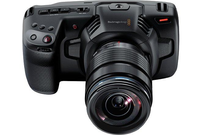 Bild Für eine professionelle Videokamera kommt die Blackmagic Pocket Cinema Camera 4K in einem erstaunlich kompakten Format daher. Das Gehäuse besteht aus einem robustenKohlefaser-Polycarbonat‑Komposit. [Foto: Blackmagic]