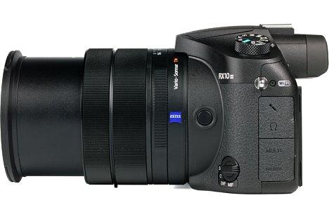 Bild Insgesamt vier Schnittstellen bietet die Sony DSC-RX10 III: Mikrofoneingang, Kopfhörerausgang, Micro-USB und HDMI-Micro. [Foto: MediaNord]