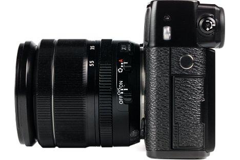 Bild Insgesamt vier Schnittstellen bietet die Fujifilm X-Pro2, wobei die Blitzsynchronbuchse eine separate Abdeckung besitzt. [Foto: MediaNord]