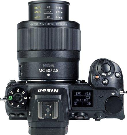 Bild Je näher man mit dem Nikon Z MC 50 mm F2.8 fokussiert, desto weiter fährt der Tubus heraus. Im Makrobereich lassen sich darauf sogar die Entfernung und der Abbildungsmaßstab ablesen. [Foto: MediaNord]
