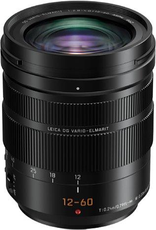 Bild Das Panasonic Leica DG Vario-Elmarit 12-60 mm F2.8-4 ASPH. Power O.I.S. hat einen sperrigen Namen, ist aber trotz des robusten Metallgehäuses durchaus kompakt und leicht gebaut. [Foto: Panasonic]