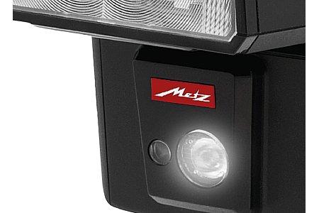 Bild Auf der Vorderseite des Unterteils sind eine regelbare LED-Leuchte und das AF-Hilfslicht angebracht. [Foto: Metz]
