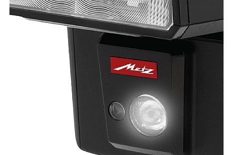 Bild Im unteren Gehäuse befindet sich die in sechs Helligkeitsstufen schaltbare LED, die für Videoaufzeichnungen und als Einstelllicht genutzt werden kann. [Foto: Metz]