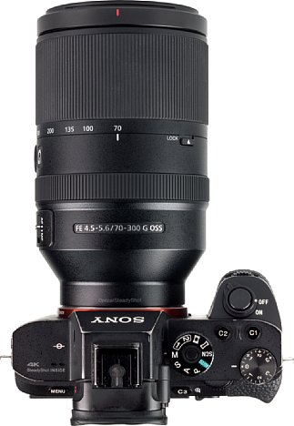 Bild Mit dem kleinen Lock-Schalter lässt sich das Zoom des Sony FE 70-300 mm F4.5-5.6 G OSS (SEL-70300G) fixieren, damit es nicht versehentlich ausfährt. [Foto: MediaNord]