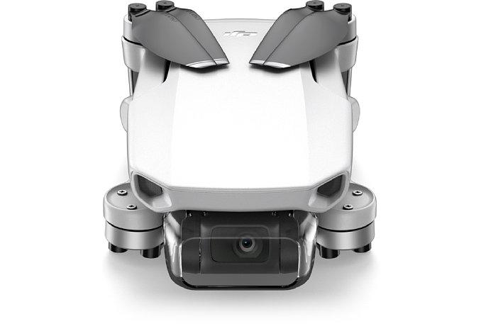 Bild Der hier gezeigt durchsichtige Kamera-Abdeckung der DJI Mavic Mini dient nur zum Schutz beim Transport und muss vor dem Start abgenommen werden. Die angedeuteten Sensoren an der Gehäusefront sind leider nur Attrappen. [Foto: DJI]