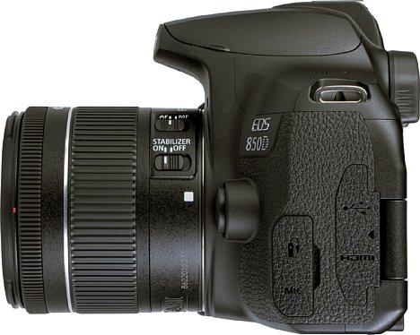 Bild Auf der linken Seite der Canon EOS 850D sind die Weichplastik-Abdeckungen der Schnittstellen gut zu erkennen. [Foto: MediaNord]