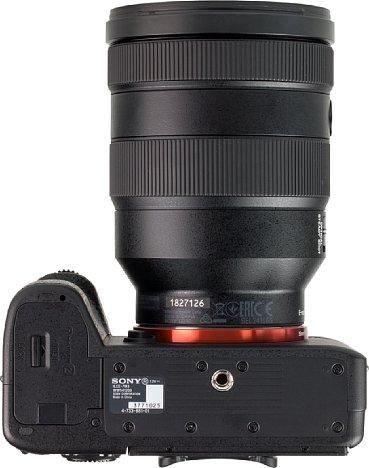 Bild Das Stativgewinde der Sony Alpha 7 III sitzt in der optischen Achse und weit genug vom Akkufach entfernt. [Foto: MediaNord]