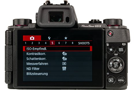 Bild Auf der Rückseite besitzt die Canon PowerShot G5 X neben einem elektronischen Sucher einen frei beweglichen Touchscreen. [Foto: MediaNord]