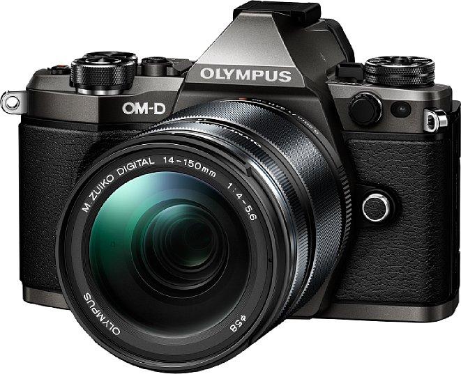 Bild Die Olympus OM-D E-M5 Mark II Limited Edition (titanfarben lackiert) gibt es als Body oder, wie hier zu sehen, mit dem Objektiv Olympus EZ-M1415 II (in normaler schwarzer Ausführung). [Foto: Olympus]