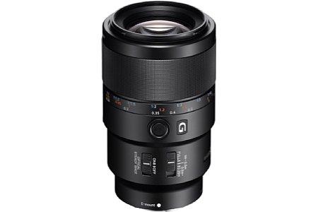Bild Mit dem FE 90 mm 2.8 Macro (SEL-90M28G) bietet Sony erstmals ein Makro-Objektiv für das E-Mount-Vollformat an. Es lässt sich selbstverständlich auch an APS-C-Kameras verwenden, die kleinbildäquivalente Brennweite beträgt dann 135 Millimeter. [Foto: Sony]
