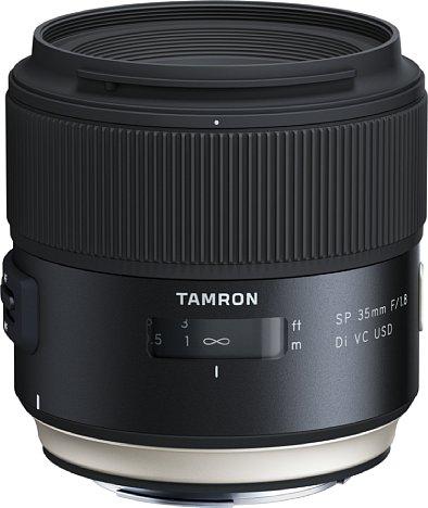 Bild Das Tamron SP 35 mm F1.8 Di VC USD besitzt ein recht großes Gehäuse (gut acht Zentimeter lang und dick) und ist mit knapp einem halben Kilo auch kein Leichtgewicht. Dichtungen schützen das robuste Gehäuse vor Witterungseinflüssen. [Foto: Tamron]