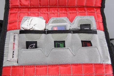 Bild Der Deckel des Kamerafaches beherbergt drei Fächer für volle und leere Speicherkarten sowie ein im Lierferumfang enthaltenes Putztuch. [Foto: Daniela Schmid]