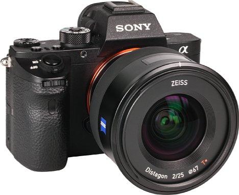 Bild An der Sony Alpha 7R II macht das Zeiss Batis 2/25 mm eine sehr gute Figur. Die knapp ein Kilogramm schwere Kombination wirkt ausgewogen und fokussiert automatisch. [Foto: MediaNord]